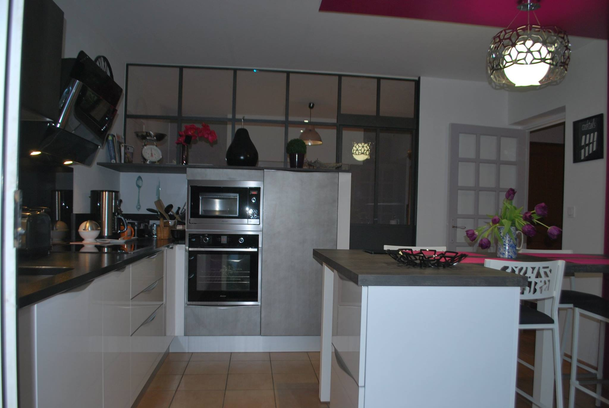 cuisine avec magnifique verri re cuisines kergourlay. Black Bedroom Furniture Sets. Home Design Ideas